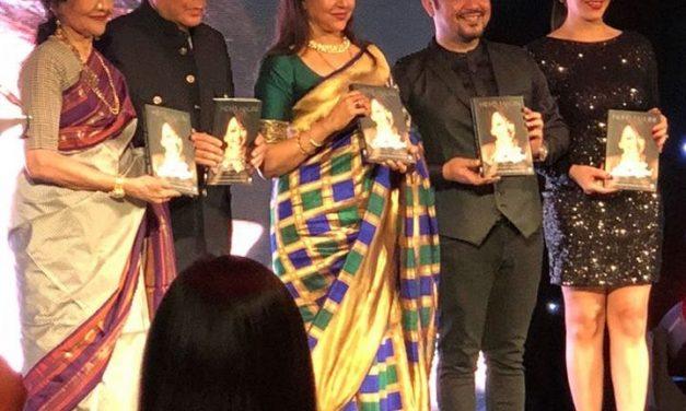 Vyjainthimala unveils Hema Malini biog in London